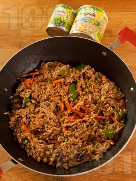 Ориз по китайски със зеленчуци, гъби шийтаке, кълнове и грах - снимка на рецептата